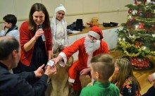 26-12-2014-DiasporaMD-Craciun_Norvegia-Mos Craciun ofera cadouri