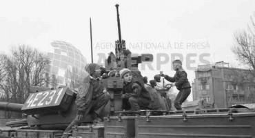 Revolutia romana-Bucuresti-copii pe tancuri-24decembr1989-Agerpres.ro