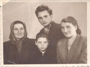 Grigore Vieru cu mama si sora-www.grigorevieru.md