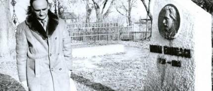 Grigore Vieru-poetul la mormantul lui Mihai Eminescu