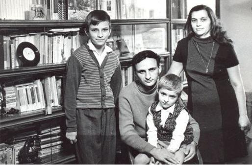 Poetul-Grigore-Vieru-sotia-Raisa-si-fiii-Teodor-si-Calin