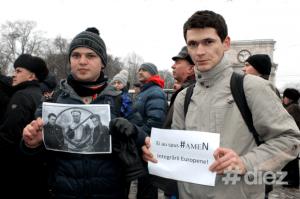 protest22-doi tineri cu lozinci mici-Diez.md