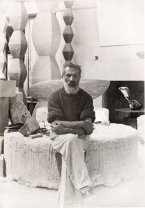 Constantin Brancusi in atelierul sau