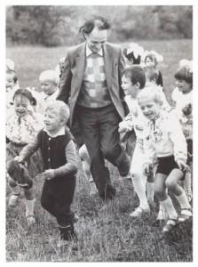 Grigore Vieru si copiii pe camp-copilul cel mare al neamului