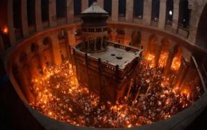 Mormantul Sfant la Invierea Lui Hristos-Faclii cu Foc Haric