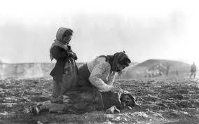 genocidul armenilor-femeie cu copii muribunzi in desert