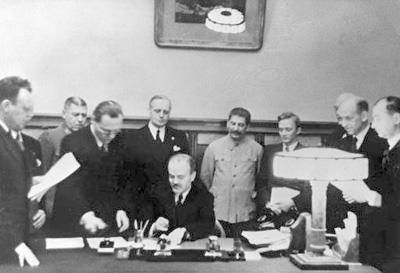 Alianta Stalin-Hitler-semnarea Pactului Molotov-Ribbentrop-Moscova 23-08-1939-400px