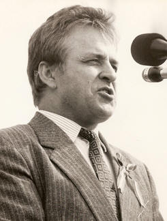 Mircea Druc la tribun publica-Tricolor in piept-1990