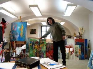 Teodor Buzu in atelierul sau din Tabor Cehia400px