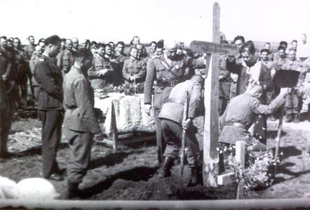 Tiganca-cimitirul 1941-1942-ostasii romani inmormaneaza eroii