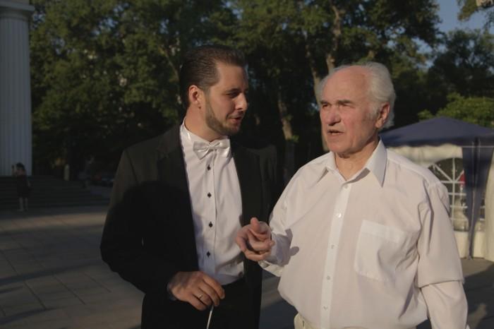 2-Eugen Doga si dirijorul Dumitru Carciumaru-ininte sa intre in scena-13-06-2015-800px