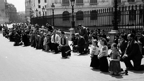 28 iunie 1940-cedarea Basarabiei-Bucovinei-bucurestenii ingenuncheaza-500px