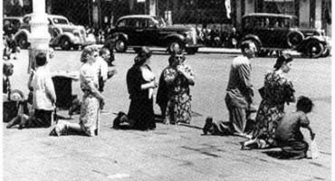 28 iunie 1940-cedarea Basarabiei-Bucovinei-bucurestenii ingenuncheaza-titre-400px