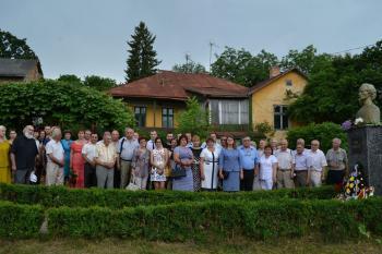 Eminescu-comemorat Cernauti-GRUP la bust-15 iunie 2015