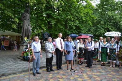 Eminescu-comemorat Cernauti-la monument-15 iunie 2015