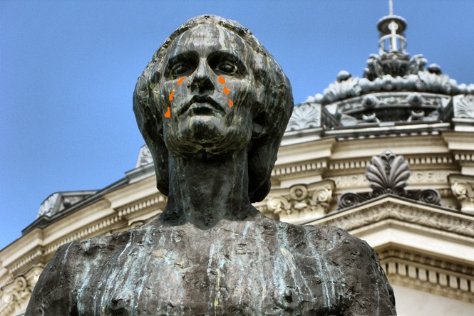 Eminescu in lacrimi-statuia de la Ateneu