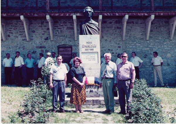 Eugen Doga la bustul lui Mihai Eminescu de la Sfanta Manastire Putna-600px