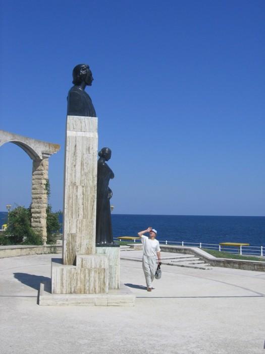 Eugen Doga la monumentul lui Mihai Eminescu de la Constanta 1-600px