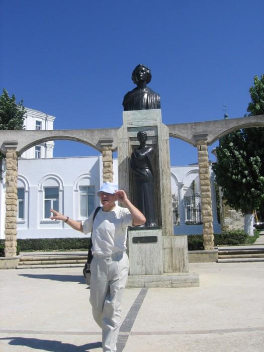 Eugen Doga la monumentul lui Mihai Eminescu de la Constanta 2-600px