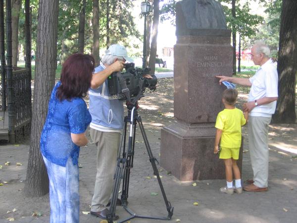 Eugen Doga si npotelul Dominic la bustul lui Mihai Eminescu de pe Aleea Clasicilor din Chisinau cu echipa de filmare a Silviei Caraus, TVM-600px
