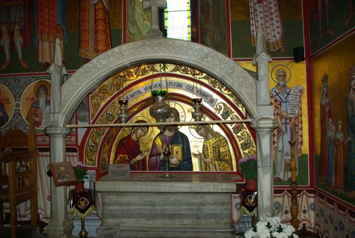Sf Stefan cel Mare-Sf Mn Putna-mormantul-foto Luminita Dumbraveanu-01-11-2012-IMGP5314-800px