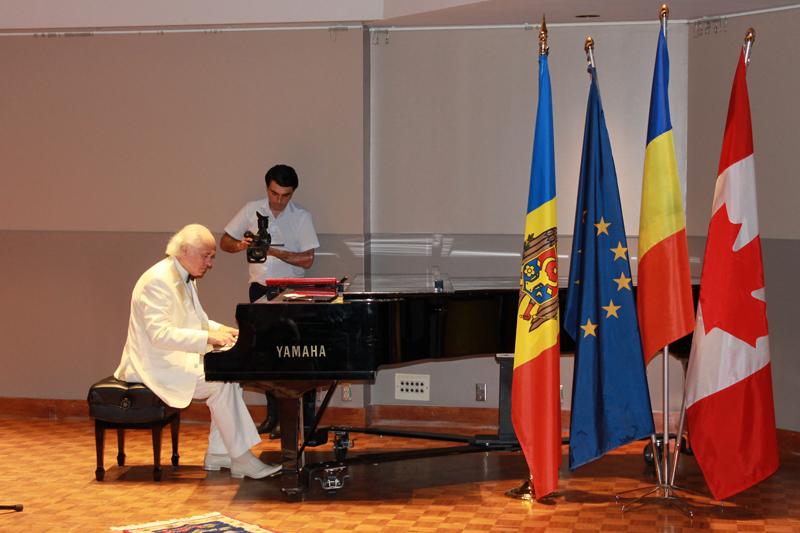 1-Ottawa-Eugen Doga la pian-Doru Gutu filmeaza-drapele MD_RO_UE_CA-IMG_6087-500px
