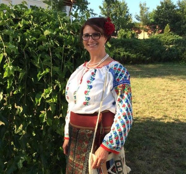 Ana Teaca-Elvetia 3-Casa Mare-in costum popular