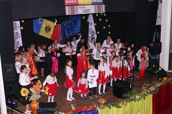 2-Portugalia-Asociatia Miorita-copii scena 8 nov 2015-600px
