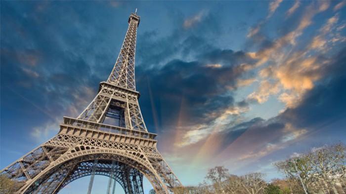 Turnul Eiffel-cer albastru