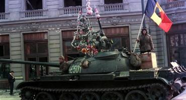 21-12-2014-Revolutia-romana-1989-tanc-cu-pom-si-jucarii-370x200