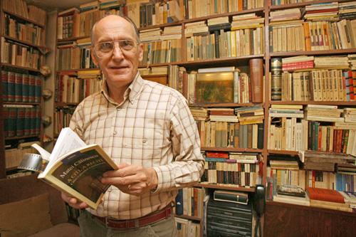 George-Pruteanu-in biblioteca sa-500px