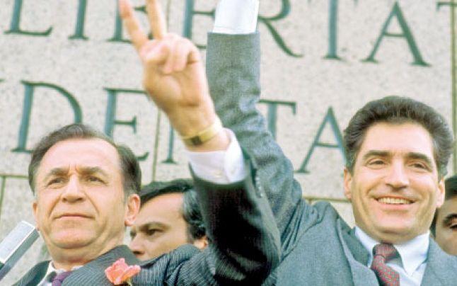 Ion Iliescu si Petre Roman victoriosi dupa alegerile din mai 1990