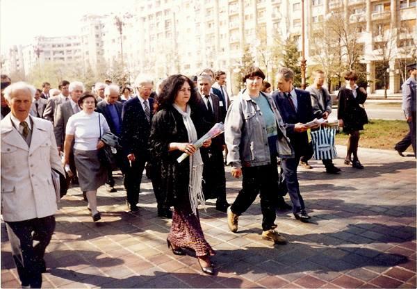 Leonida Lari-Luminita Dumbraveanu-Gheorghe Ghimpu-Marsul Unirii-Bucuresti 27 martie 1998-600px