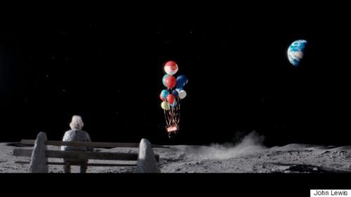 Spot de Craciun-Omul de pe Luna-mosul primeste cadoul-500px