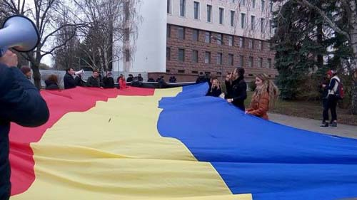 protest-un-grup-de-tineri-unioni-ti-au-protestat-in-fa-a-parlamentului-500px