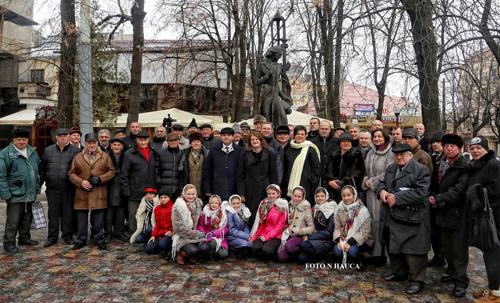 Cernauti-Eminescu cinstit la Cernauti-GRUP monumentul lui Eminescu-15-01-2016-500px