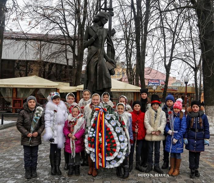 Cernauti-Eminescu cinstit la Cernauti-copii la monumentul lui Eminescu-15-01-2016-700px