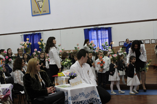 Grigore Vieru cinstit in Portugalia-Asociatia Miorita-copiii cu flori-500px