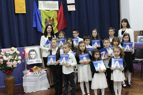 Grigore Vieru cinstit in Portugalia-Asociatia Miorita-grup copii-500px