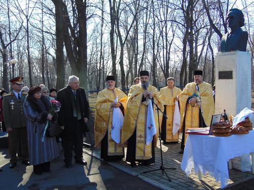 Grigore Vieru omagiat la Iasi-Parcul Copou-bust-preoti-12 febr 2016-500px