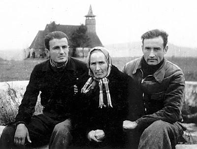 Valeriu Gafencu cu mama lui si Ioan Ianolide-lagarul de la Galda 1946