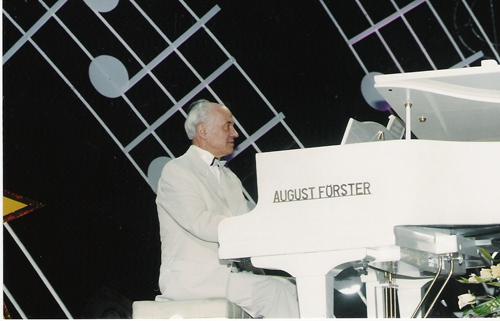 01-03-2015-Doga-La multi ani Eugen Doga la pian alb-500px