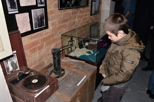 Expozitia Ocupatiei sovietice-vizitator copil-26-03-2016-500px