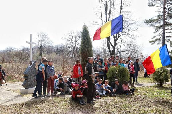 Fantana Alba-comemorarea victimelor masacrui-copii cu Tricolor-1 aprilie 2016-600px