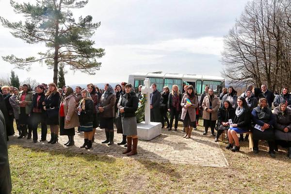Fantana Alba-comemorarea victimelor masacrui-popor-1 aprilie 2016-600px