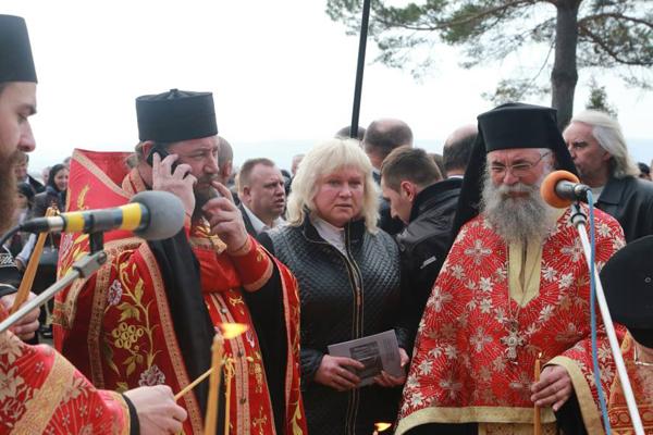 Fantana Alba-comemorarea victimelor masacrui-preoti si primar Elena Nandris-1 aprilie 2016-600px