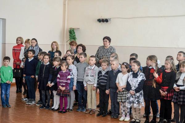 Ion Vatamanu-omagiat la Costiceni-Noua Sulita-foto la scoala-600px