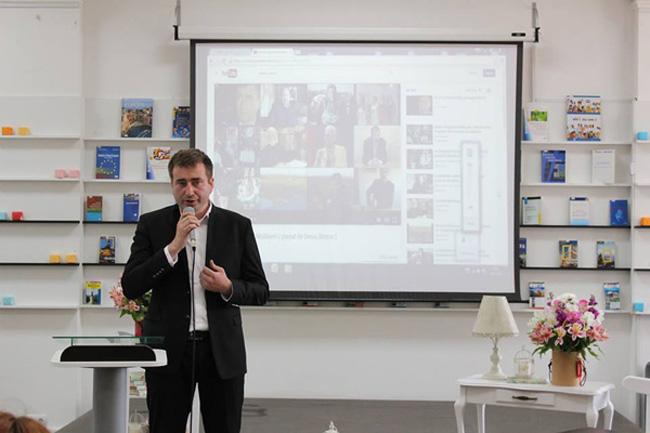 01-Denis Rosca lansare Carte de AUR Denis-prezentare CLIP-24 mai 2016-650px