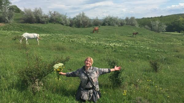 12-Ghiduleni-Troita-Basarabeanca-cu flori-pe fundal cai si sat-600px-IMG_2775-apropiat-600px