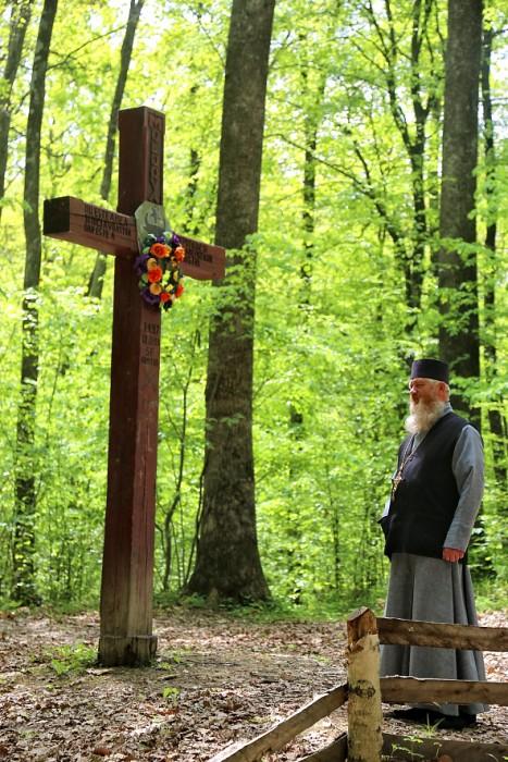 Codrii Cosminului-pomenire de Pasti-Cruce-preot-foto Nicolae Hauca-00IMG_1942
